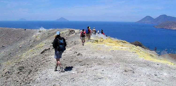 Vandring på Eoliska vulkanöarna på norra Sicilien.