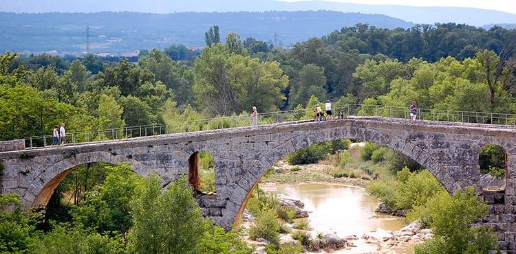 Vi cyklar över en gammal bro i Luberon