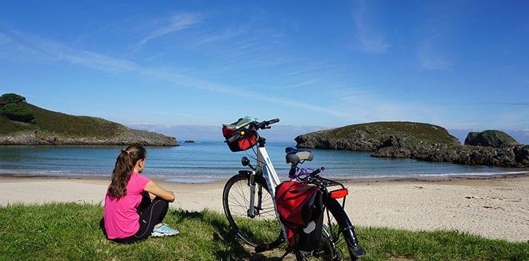 Vi tar en rofylld paus vid stranden på cykelresan i