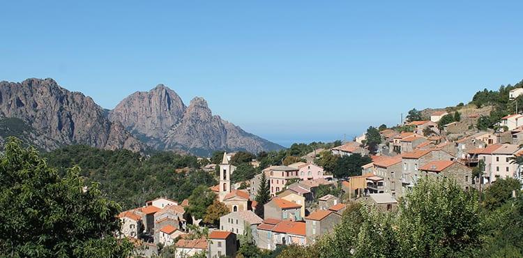 Du vandrar till den trevliga bergsbyn Evisa belägen 830 möh med utsikt ner mot havet.