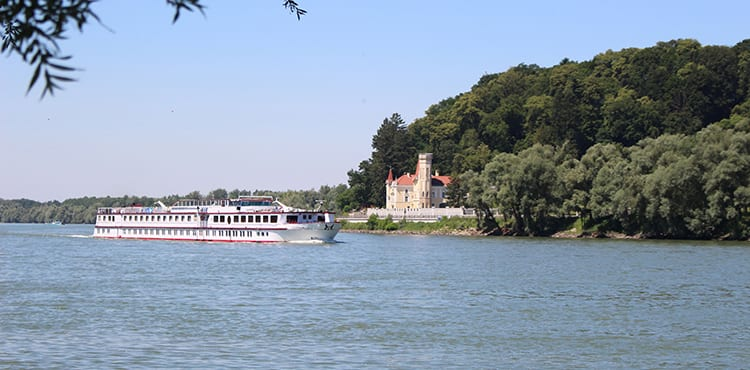 Cykelresa med flodbåt längs Donau