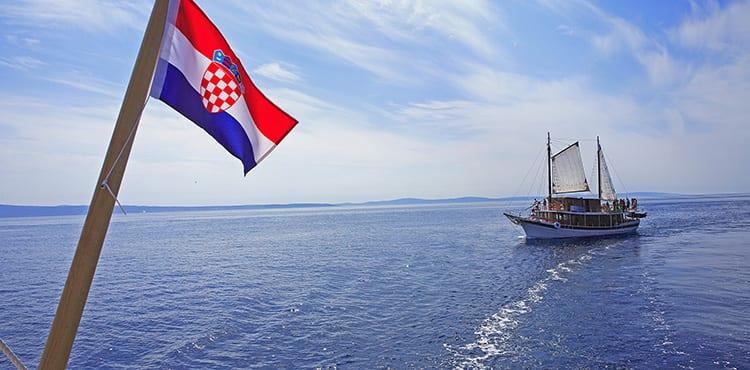 Vi bor på klassiska Kroatiska motorseglare under våra båtcykelresor i Kroatien.